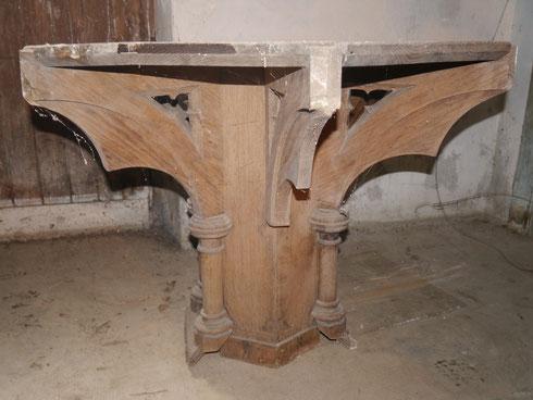 > > Partie inférieure de la chaire conservée dans le sous-sol du temple de St Brieuc