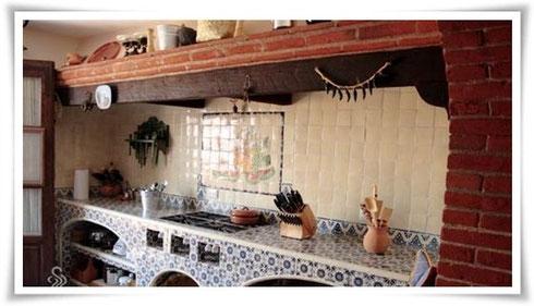 Eine Küche in einer Hacienda in Mexiko mit klassischen mexikanischen Fliesen (OC 82, Weiss UW1) und einem Fliesenbild