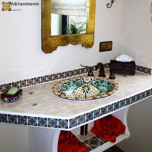 Wunderschönes Bad in mexikanischem Stil mit Einbauwaschbecken Belleza und rustikale Fliesen 5x5