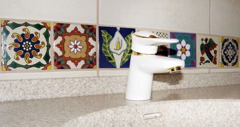 Bunte mexikanische handverzierte Fliesen fürs Bad