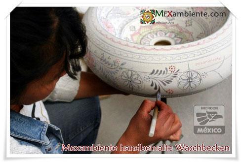 Ausgebildete Kunsthandwerker tragen in mehreren Arbeitsschritten die typischen warmen Farben aus rein natürlichen mineralischen Pigmenten auf. Dabei wird jedes Mexambiente-Waschbecken sorgfältig von Hand bemalt.
