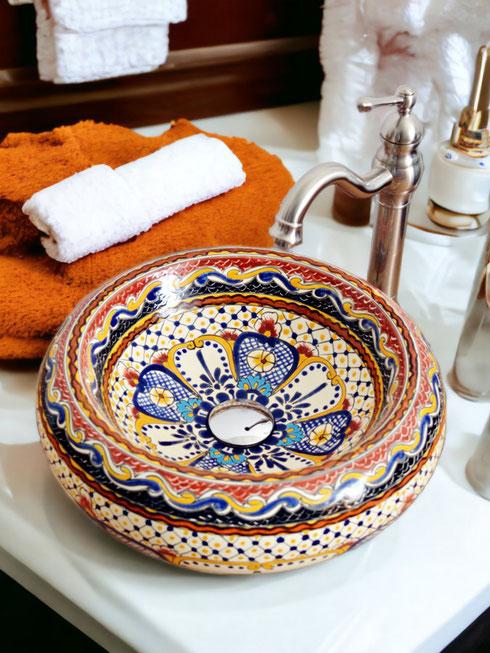 Bunte orientalische Fliesen & Waschbecken