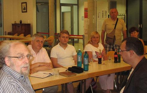 von links: Peter Hoffmann vom Hedwigsforum, Pfarrer Yaroslav Tsaryk, sein Sohn, seine Frau, ein ukrainischer Arzt und seine Frau, Übersetzer Oleksiy Yemelyanenko von der ukrainisch-orthodoxen Gemeinde in Frankfurt