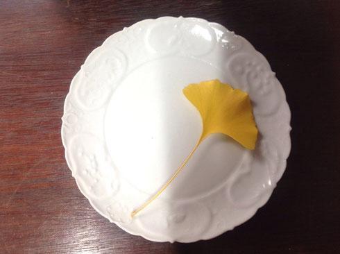 白磁陽刻松竹梅図7寸皿