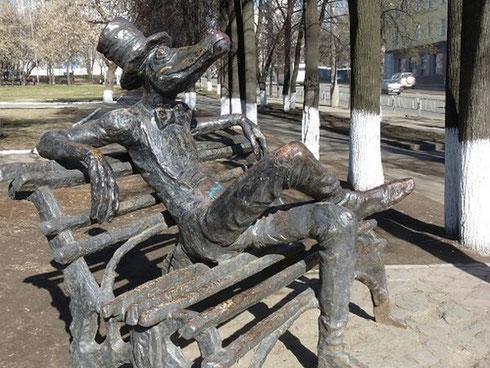 """памятник """"крокодилу"""" в Ижевске"""