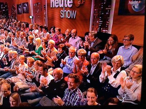 Die Greyhounds in der heute-Show (zwar nur am rechten Bildrand, aber immerhin: Das Beweisfoto !)