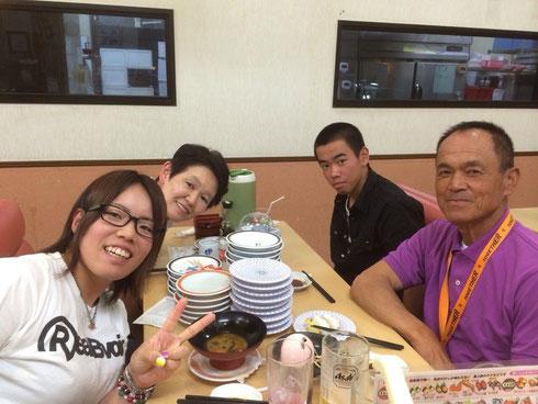 (左)安永選手とご家族