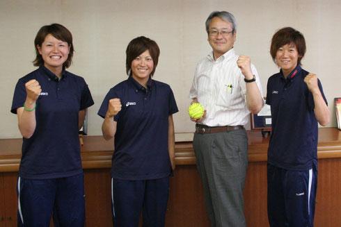 左から中岡選手、永吉選手、堀内副市長、狩野選手