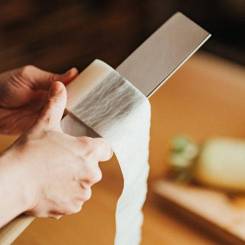 大根の「かつらむき」は切れ味のよい鋼の包丁で