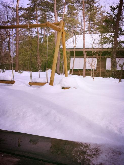ビストロイグレックのブランコも雪の中・・・。今年の雪はすごい!