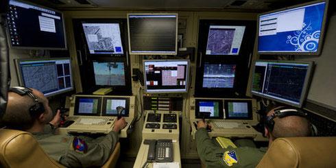 Des opérateurs de l'US Air Force dirigent un drone MQ-9 lors d'un entraînement sur la base de Holloman, au Nouveau-Mexique, en octobre 2012. | US AIR FORCE / Reuters.