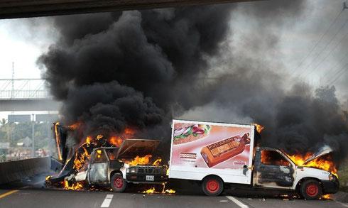 1月10日、ミチョアカン州中部パラクアロ市入り口にて。http://www.jornada.unam.mx/ultimas/2014/01/13/las-batallas-de-las-autodefensas-en-michoacan