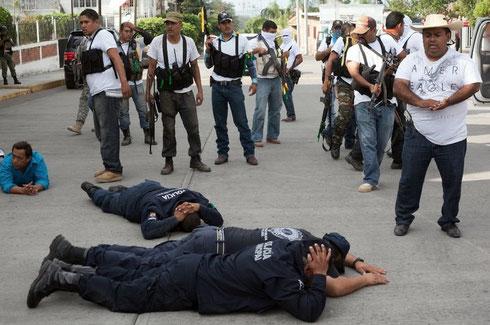 ヌエバ・イタリア市庁舎の外で。犯罪組織に協力しているとして自衛団が地元警察を制圧。http://www.jornada.unam.mx/ultimas/2014/01/13/las-batallas-de-las-autodefensas-en-michoacan