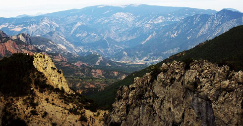 Im Spätsommer abends auf dem Coll de Bóixols (Pyrenäen ES, Katalonien, Lleida). Statt den ausgeschilderten  1380 nur 1321 m hoch, was dem Ausblick oben und dem Fahrspaß auf der an »curva« reichen L-511 keinen Abbruch tut