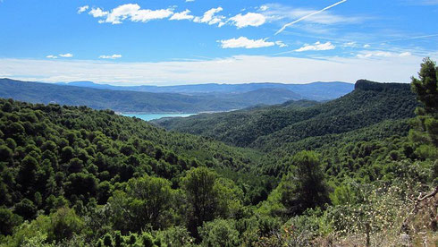 Westlich zur A-138 führt zwischen Escanilla (N) und El Grado (S) die schmale A-2210 über den Puerto Del Pino, 857 m, 8%; im südlichen Teil am Río Llastre entlang. Im Tal (O): die vom Río Cinca gespeiste Flusslandschaft mit dem Embalse de El Grado (2012)