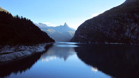 Im Valsertal bei Flims (CH): Abends am Zervreila-Stausee (1862 m), benannt nach dem durch ihn gefluteten Ort. Im Hintergrund das Zervreilahorn. Man erreicht den See hinter Vals durch einen einspurigen, über 1 km langen Felsentunnel mit Ampel (CH, 2016)