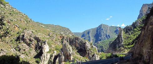 Blick nach N hinter dem Tunnel, hier befinden sich Parkflächen und eine Hinweistafel zur »Puente del diablo y puente de la sierra«, der »Teufels«- und der »Gebirgs«-Brücke. Einstieg zur Schlucht (2012)