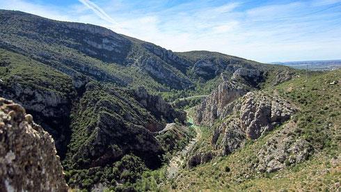 Von El Grado aus führt in östlicher Richtung ein landschaftlich reizvolles Sträßchen (A-2211) über La Puebla de Castro an das Westufer des Embalse de Barasona, gespeist vom Río Ésera. Dort nach S abbiegend, kommt man auf die N-123a (2102)