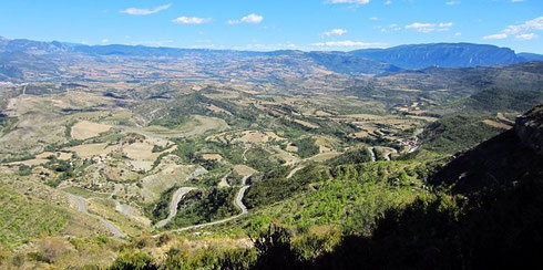 Weiter nach O: zwischen Puente de Montañana (W) und Tremp (O) führt die C-1313 über den Coll de Montllobar auf 1080 m (Coll katalan.: Hals).  Auf der Passhöhe gibt es einen kleinen Rastplatz (2012)