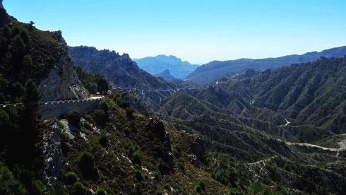 Andalusien: auf der A4050 Richtung Küste nach Almunecar. Deutlich erkennbar ist die zerklüftete Oberfläche, die trotz geringer Niederschläge üppige Vegetation ermöglicht (ES, 2015)