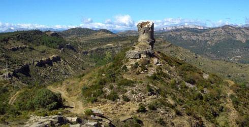 Von der Passhöhe aus führen 1 km Fuß- und Radweg zur Ruine El Castell de Montllobar (heute Heimat einer Krähenkolonie) und einem Aussichtspunkt. Aufgenommen in Richtung Pyrenäen (2012)