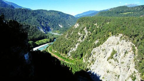 Glacier-Express in der Ruinaulta-Vorderrheinschlucht der Rätischen Alpen mit bis zu 300 m hohen Steilwänden.  Aufgenommen vom Nebensträßchen Ilanz/Glion – Versam – Bonaduz aus, das südlich zur (langweiligen) Bundesstraße 19 bei Flims verläuft (CH, 2016)