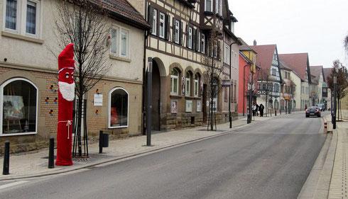 Ilsfeld, Landkreis Heilbronn, Baden-Württemberg: alljährlich zum Nikolaustag erhält die Blitzersäule in der 30er-Zone ein Gewand, hinreichend undurchsichtig für die maßgeblichen Wellenlängen (2016)