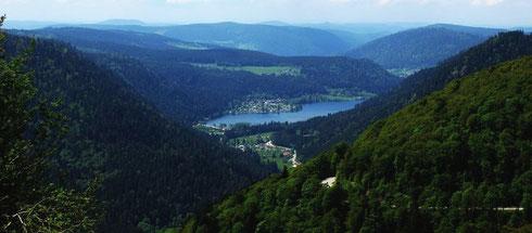 Die sanften grünen Hügel der Vogesen im Frühsommer – hier von der D430 aus, einem Abschnitt der Route des Crêtes.  Einige km südlich vom Col de la Schlucht ein Blick nach Westen Richtung Gérardmer mit dem vorgelagerten Lac de Longemer