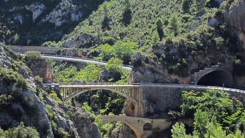 Weiter südlich auf der N-123 (Tunnel rechts) mit Blick nach N, beim Abzweig nach Olvena (hintere Brücke). Vorne die (mit Kfz nicht befahrbare) alte »Puente del diablo«, die »Teufelsbrücke«. Unweit von hier beginnt der Aragón-Katalonien-Kanal (2012)