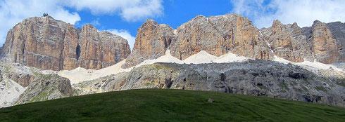 Am Pordoijoch (Passo Pordoi), 2239 m, Blick auf die Sella-Gruppe. Trentino – Dolomiten (I, Juli 2018)
