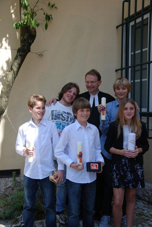 Pastor Stalling und fünf getaufte Menschenkinder