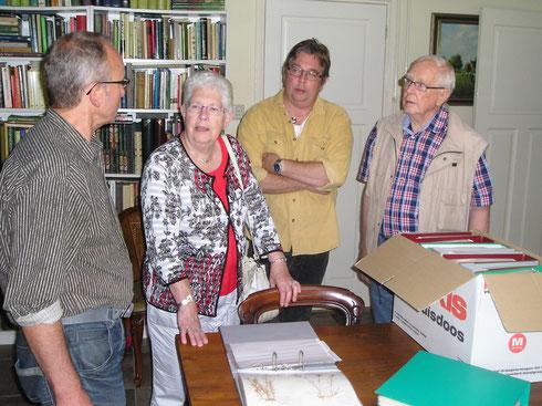 De familie Dijkstra biedt het herbarium aan