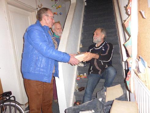 Karst Meijer ontvangt van Thomas G. Hommes het mossenherbarium