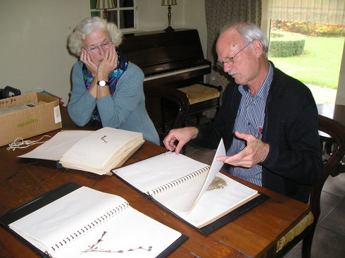 De heer en mevrouw Wattel bladeren door het zojuist aangeboden herbarium