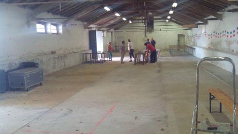 les copains amménagent les locaux de la caserne pour La gamelle du poilu