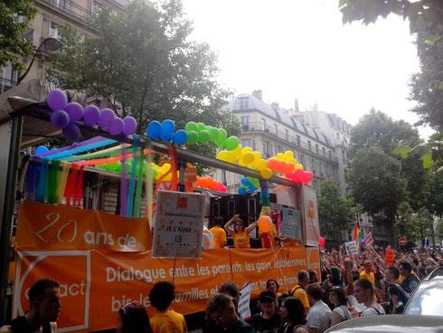 Contact fête ses 20 ans lors de la Marche des Fiertés à Paris