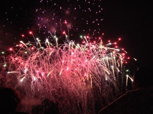色とりどりで様々な種類の花火が次々と共演。