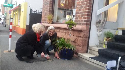Wissen, was Glanz bringt: Ann Kepenek (links) und Liane Mannhardt von der Arbeitsgruppe Stolpersteine in Seeheim.
