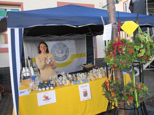 Vor dem Ansturm: Präsidentin Ruth Sachwitz arrangiert das Angebot für den Martinsmarkt. Foto: Marion Christ