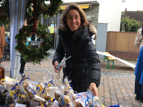 Pastpräsidentin Ruth Sachwitz arrangiert das appetitliche Gebäck am SI-Stand.