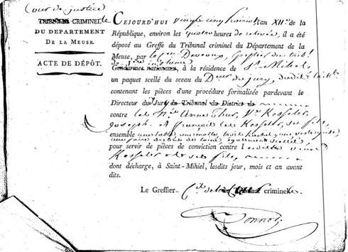 Les pièces à conviction sont déposées au greffe du tribunal :  une table,  une malle,  trois haches,  une veste grise,  une paire de bas de laine.