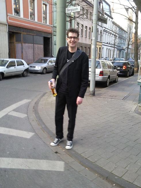 Der Autor Lars Gebhardt auf dem Weg zum Interview bei Radiowelle Sturmflut in Duisburg-Ruhrort (ist kein Kurort).