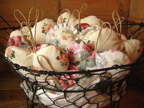 Le mie creazioni in una giornata piovosa: oggi, cuori di stoffa imbottiti! AL MONTI DEL SOLE li appendiamo ai pomelli o alle chiavi di armadi e cassetti.