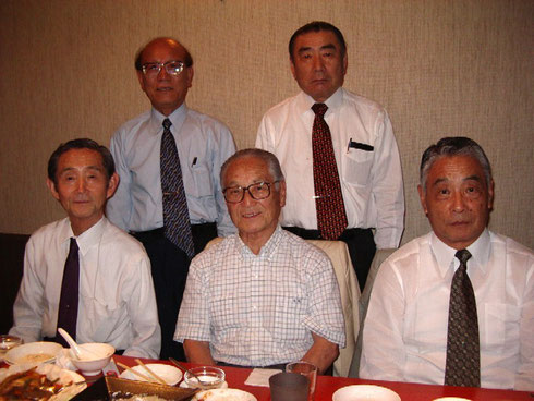 写真は前列左から、伊藤傳一、伊藤康彦、伊藤申吉の各氏。 後列左から、井生定巳、日高康氏