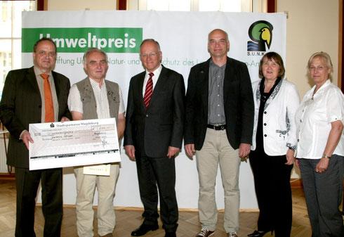 v.l. J. Stadelmann (Stiftungsvorsitzender), Kalrheinz Schuppe (NABU Schönebeck), Dr. Onko Aeikens (Umweltminister), M. Wunschik (Vorsitzender NABU Schönebeck), W. Schiemenz (Stiftungsratsvorsitzende), U. Strübing (S.U.N.K.) Foto: Detlef Pickut