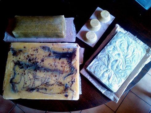En haut : savon à la menthe, à gauche : marbré cacao, à droite : savon 100% coco (le seul qui mousse à l'eau salée), légèrement teinté à la spiruline.