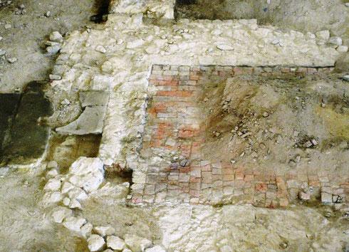 Fundament vom Eingang der früheren romanischen Kirche