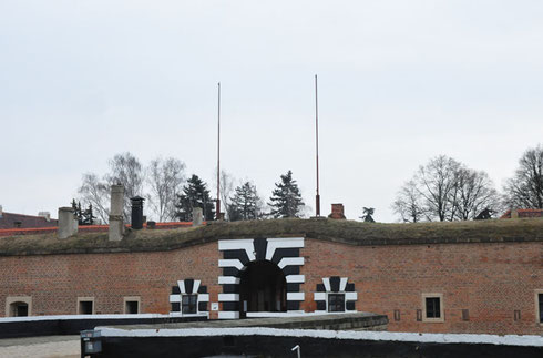 entrée de la petite forteresse de Terezin : non, ce n'est pas un camp d'extermination, il n'empêche que plus de la moitié des arrivants n'en sont jamais répartis....