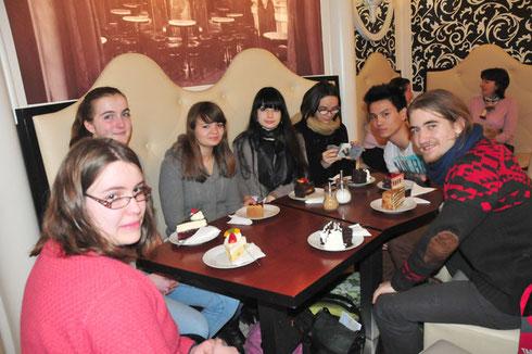 épreuve difficile du bizutage praguois : manger un gâteau ! C'est Ema qui nous a traduit le menu et ses 24 sortes !