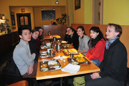 repas végétarien avec Michaela (à la recherche d'un menu sans choux pour reposer nos intestins) : pleins de secrets et d'anectodes sur le Prague d'avant la révolution de velours....